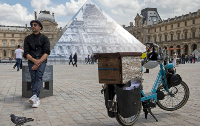 JR fait disparaître la pyramide du Louvre à Paris