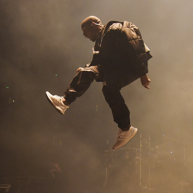 Kanye West porte l'adidas Ultra Boost All White