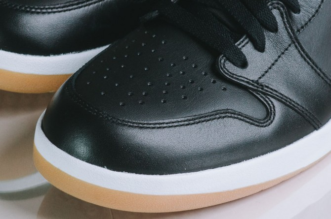 air-jordan-1_5-the-return-black-gum-photo