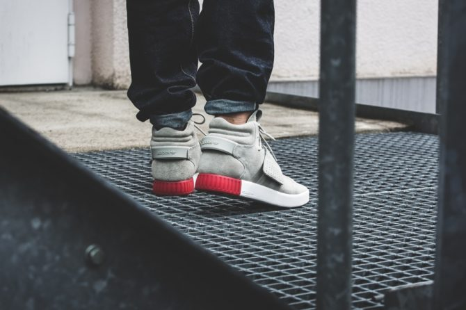 adidas-tubular-invader-strap-sesame-vivid-red-bb5035-mood